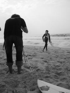 Un rider rentre dans l'eau sous les yeux d'un caméraman - photo par Estim