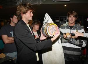 Thomas Baché remet le trophée Barrique à Fabrice Gelez - photo Xavier Gès