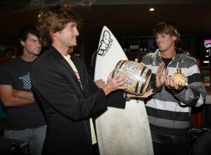 Thomas Baché remet le trophée Barrique au vainqueur Fabrice Gelez - photo Xavier Gès