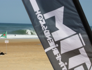 behind the flag, the beach... et les barriques!