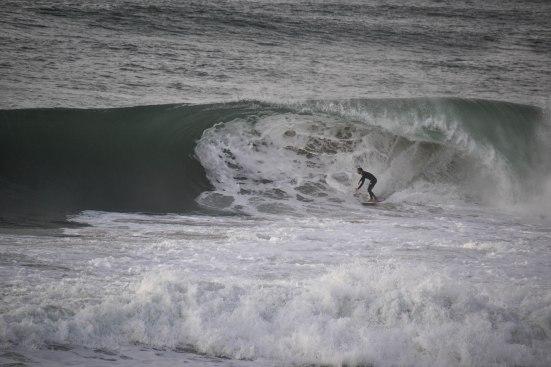 Arnaud est pas tout à fait debout, mais la vague fait bien deux fois sa taille et elle s'apprête à creuser !